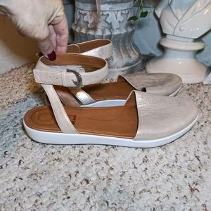 EUC Fitflop Cova Gold Crinkled Leather Sandals